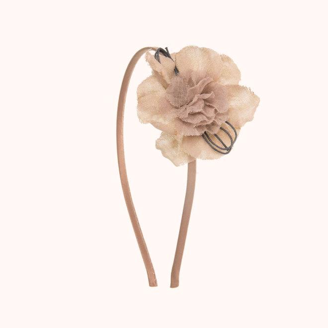 colección siena complementos niña invierno 2020 diadema flor aprestada con lacito camel