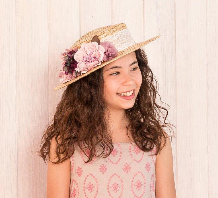 colección siena complementos sombreros 2020 chica con canotier nicole con bouquet flores